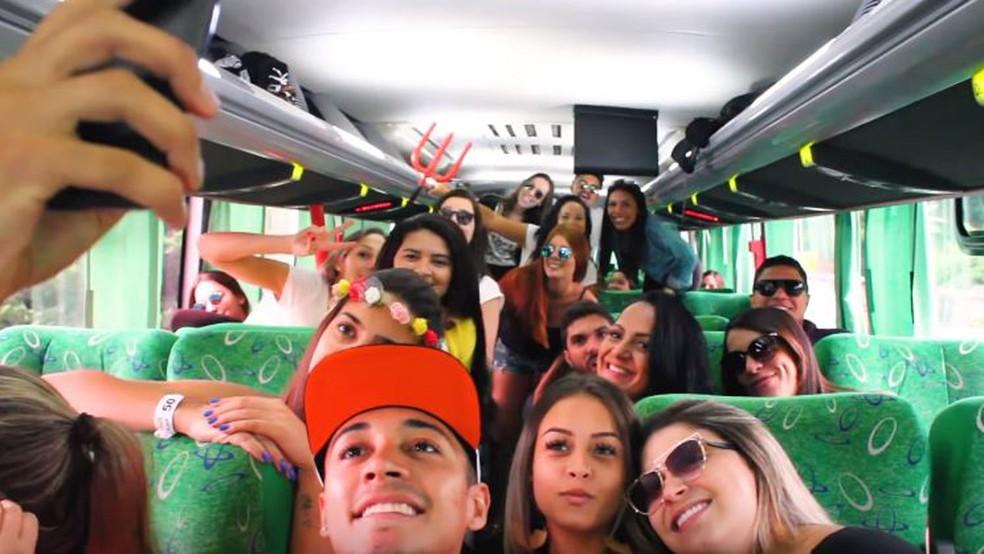 b1c63b5c1 ... Empresa de excursões oferece open bar em ônibus até festivais — Foto:  Divulgação