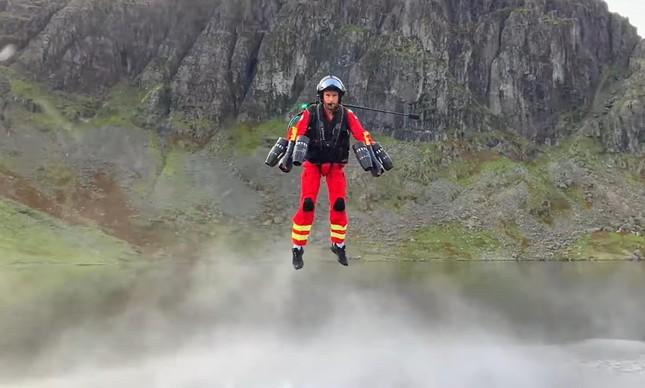 Mochila Voadora Gravity usada por paramédicos em salvamento