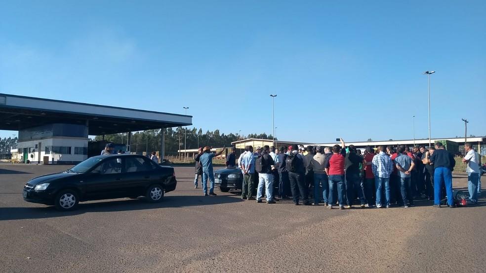 Ex-funcionários da usina durante protesto em Promissão na última terça-feira  (Foto: Carolina Abelin/TV TEM)