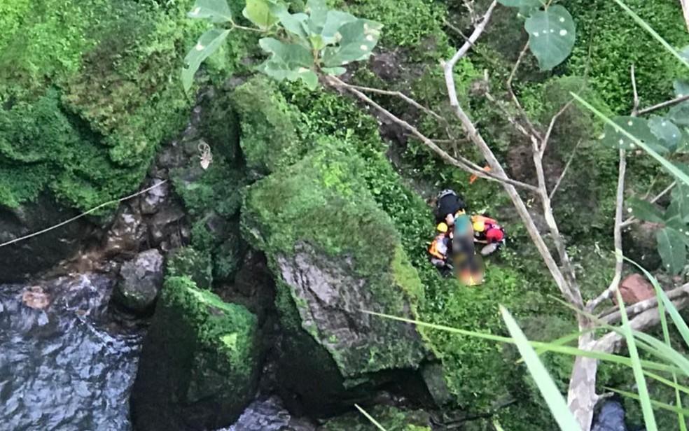 Corpo de Bombeiros retira corpo de jovem que morreu em Rio Verde — Foto: Reprodução/Corpo de Bombeiros