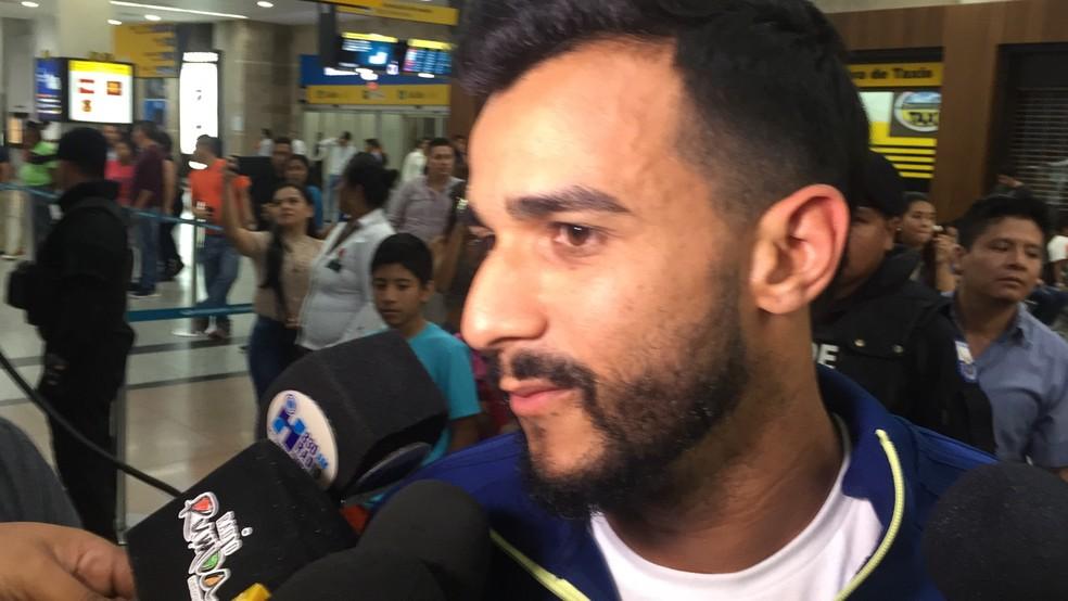 Henrique Dourado no desembarque do Flamengo Guaiaquil (Foto: Raphael Zarko)