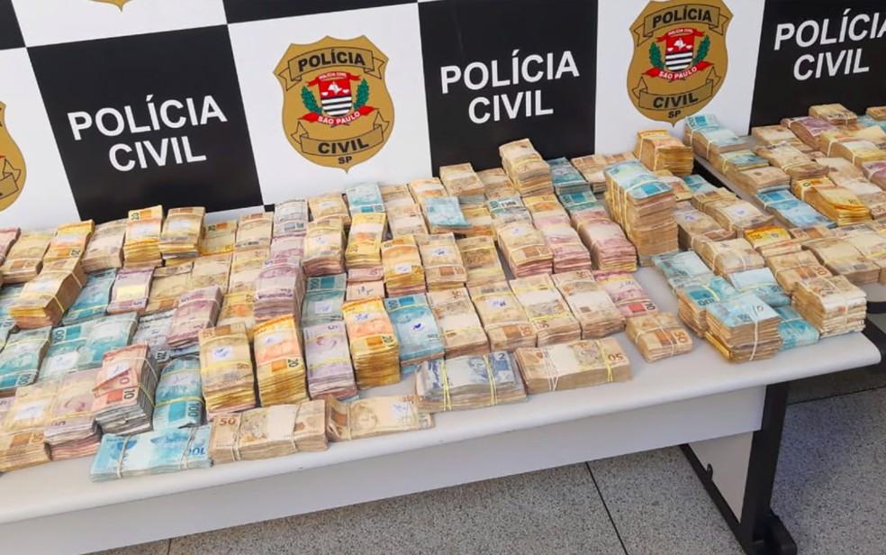 Dinheiro apreendido em apartamento na zona Sul de Ribeirão Preto, SP, enche mesas na delegacia — Foto: Reprodução/EPTV