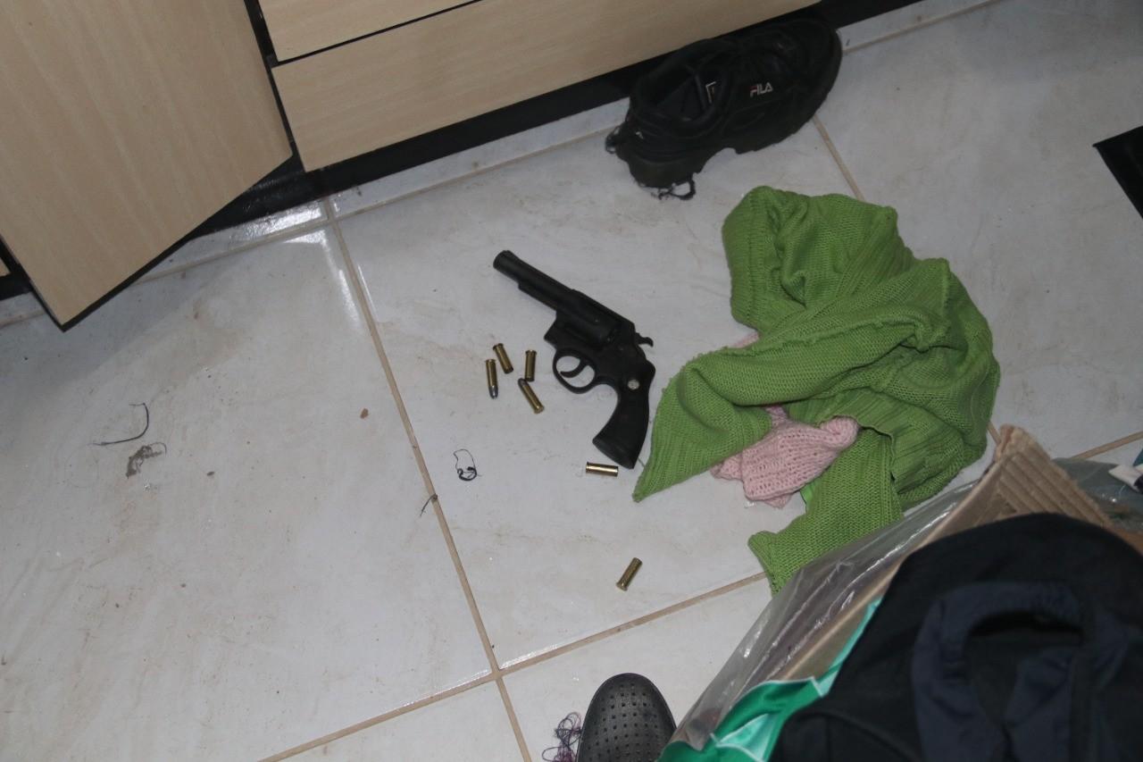 Mulher é morta a tiros dentro de casa pelo companheiro em SC, diz polícia; filha encontrou os pais mortos na cama