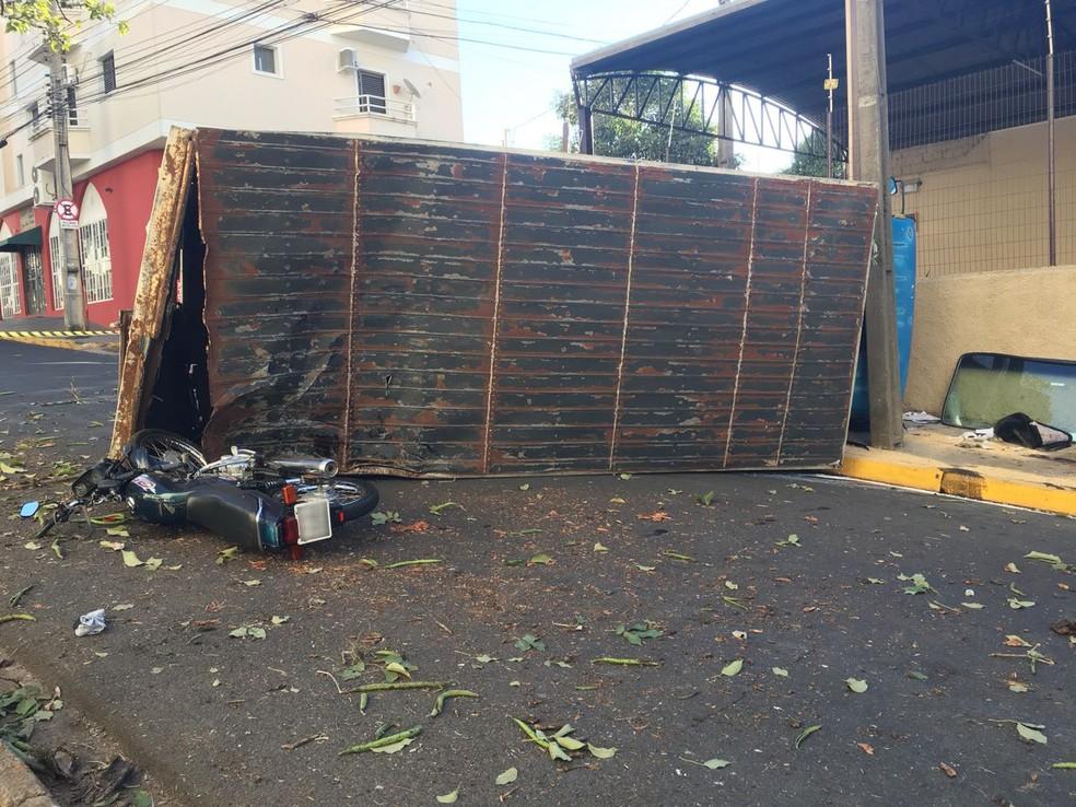 Caminhão tombou na Avenida da Saudade (Foto: Gabriel Tibaldo/G1)