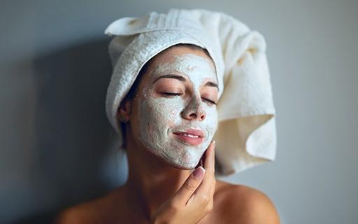 Peeling em casa: Dermatologista ensina máscaras naturais para acne, manchas  e rugas - Quem | QUEM Inspira