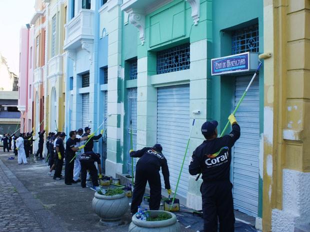 Mais de 250 pessoas participaram do mutirão da pintura no Centro Histórico (Foto: André Resende/G1)