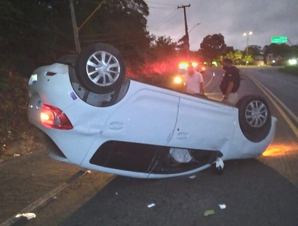 Motorista perde o controle da direção, bate em poste e capota carro na BR-343 em Teresina — Foto: Polícia Rodoviária Federal (PRF)