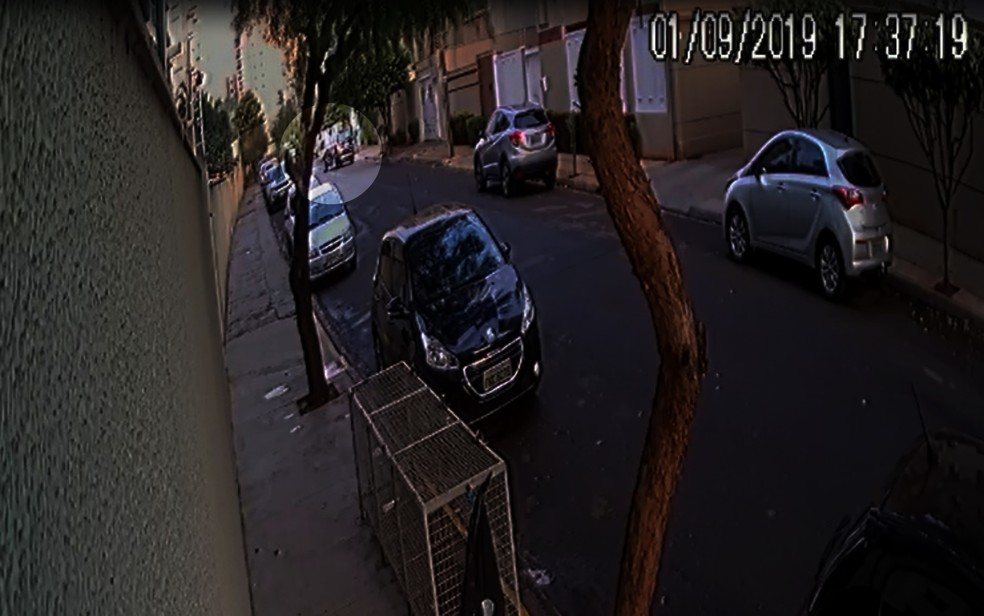Mulher acelera e atropela o marido em Ribeirão Preto — Foto: Reprodução/EPTV