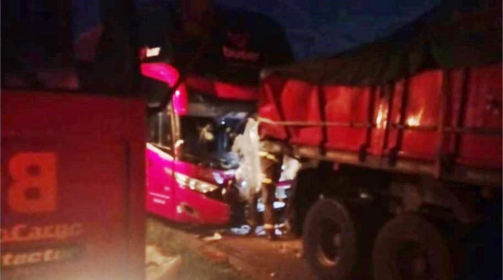 Motorista de ônibus morreu em acidente na Fernão Dias em Pouso Alegre (MG) — Foto: Reprodução/EPTV