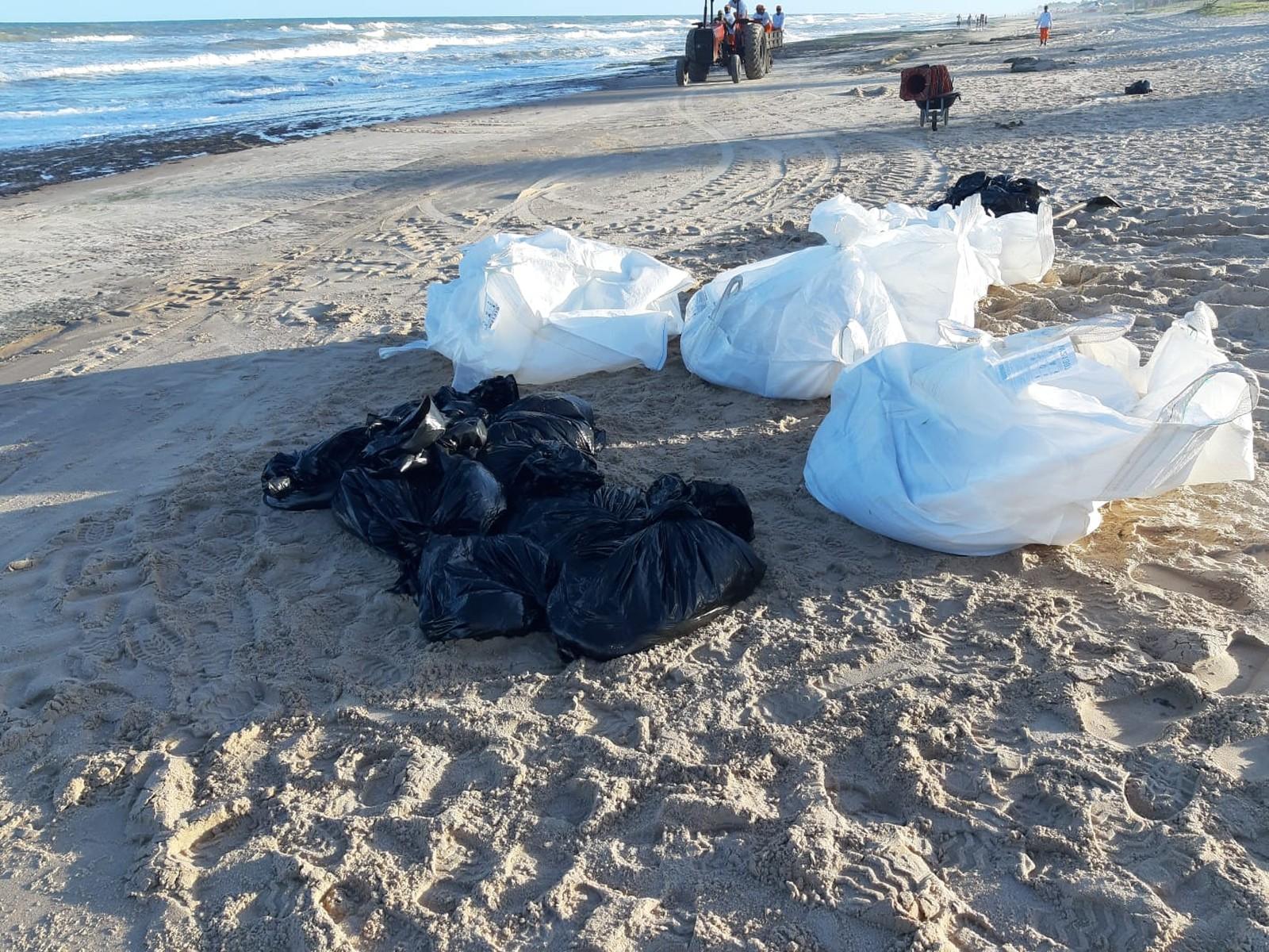Manchas de óleo começam a chegar às praias de Camaçari 7