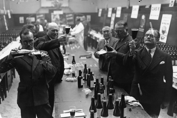 8th October 1937:  Empire beer competition at 15 Southwark Street, London.  (Photo by Topical Press Agency/Getty Images) (Foto: Getty Images)