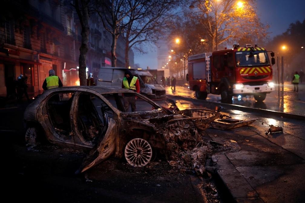 Carro queimado após protestos dos coletes-amarelos em Paris — Foto: REUTERS/Benoit Tessier