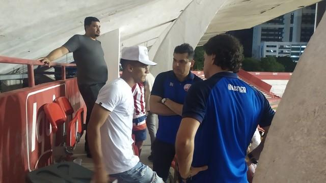 Thiago Fernandes em conversa com diretores do Náutico