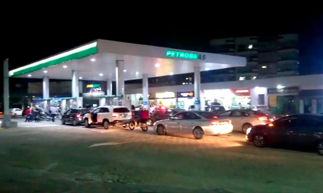 Fila é grande em posto de combustível no bairro Guarani, em Cabo Frio, no RJ