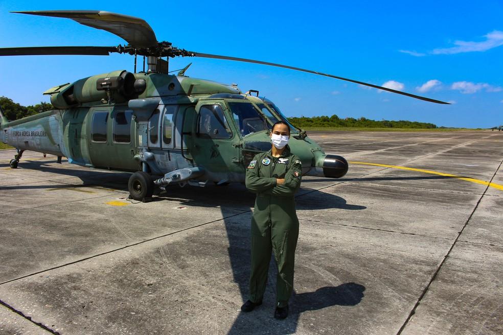 Tenente Mariana de Bustamante Fontes, de 24 anos, opera helicóptero da FAB — Foto: Wilhan Campos/FAB
