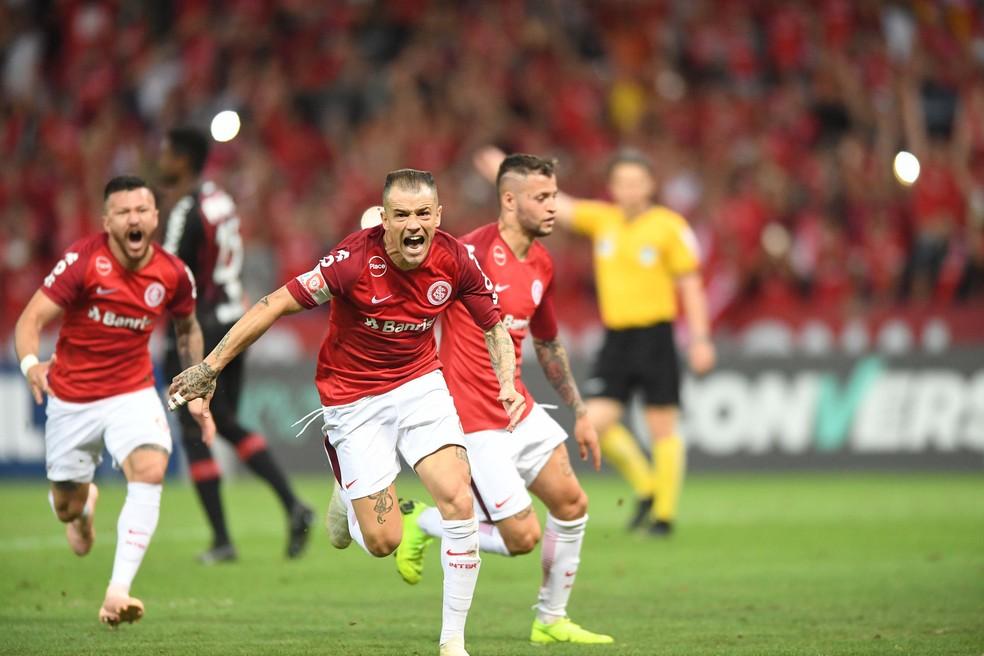 ... D Alessandro marca contra o Atlético-PR — Foto  Ricardo Duarte   Inter 5024348511063