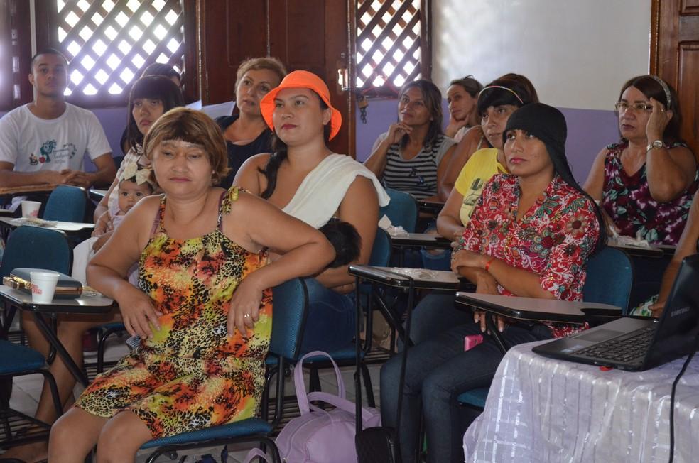 Mulheres receberam informações de como se dará o tratamento nesta quarta-feira, no Cram em Macapá (Foto: Rita Torrinha/G1)