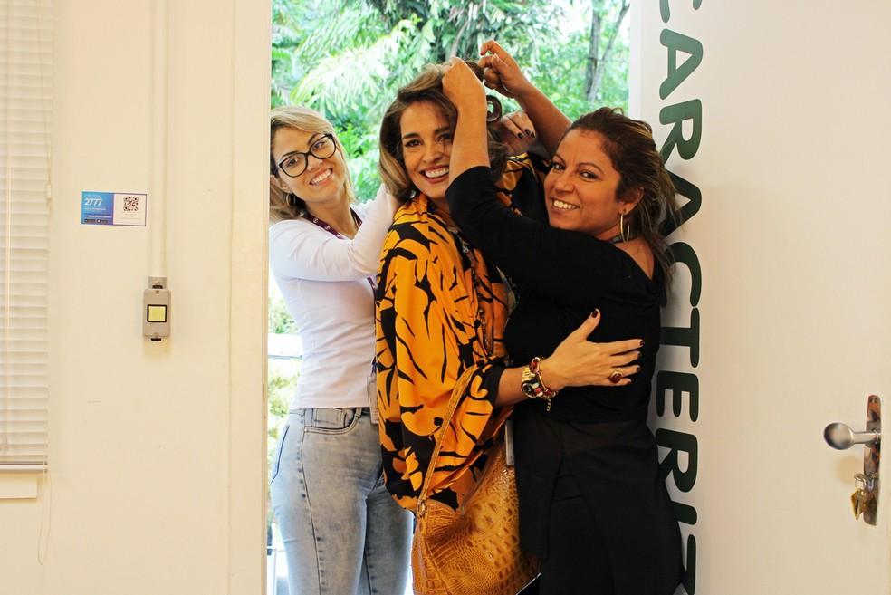 Suzy Rêgo se diverte com as cabeleireiras enquanto se prepara para gravar (Foto: TV Globo)
