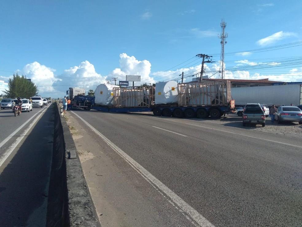 -  Carreta bloqueia trecho da BR-116, em Eusébio, depois de sofrer pane  Foto: Flávio Maia/PRF