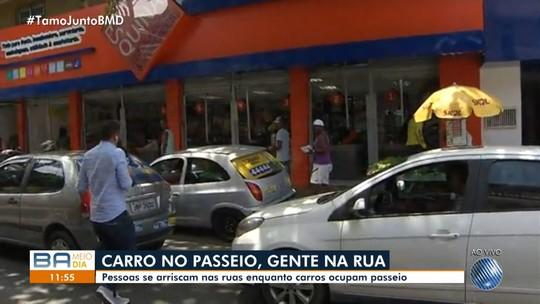 Carros ocupam passeio e moradores se arriscam na pista em São Marcos
