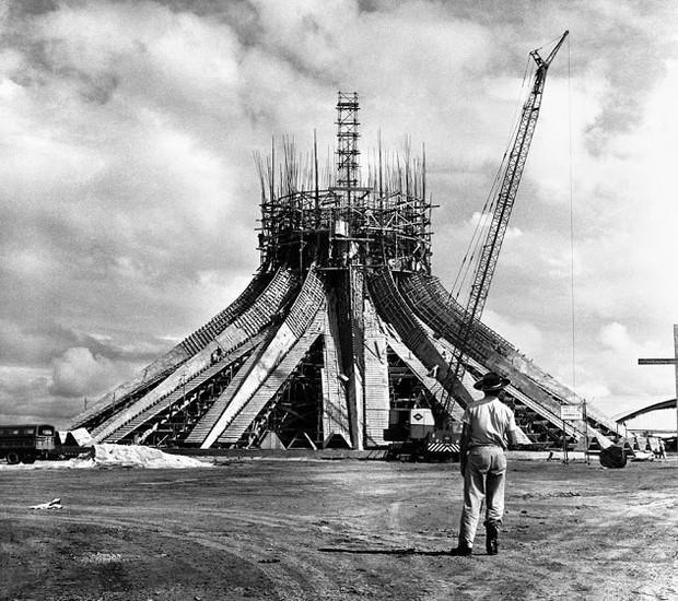Construção da Catedral de Brasília, projetada pelo arquiteto Oscar Niemeyer, com trabalhador em primeiro plano (Foto: Arquivo Público do Distrito Federal/Reprodução)