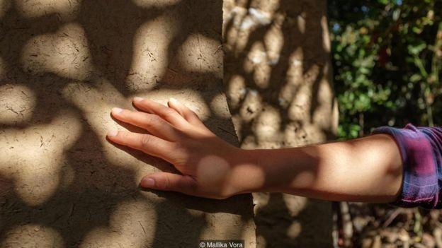 Como se trata de um material térmico, ele libera calor nas casas à noite e frescor durante o dia (Foto: MALLIKA VORA/BBC)