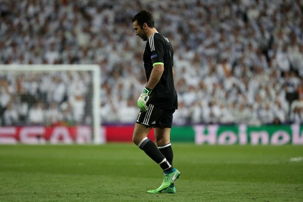 Buffon foi expulso no final da partida por reclamação (Foto: Susana Vera/Reuters)