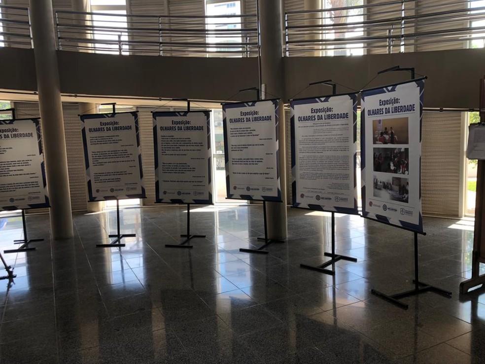 Textos das detentas de Montes Claros ficam durante o mês de outubro no Fórum de Montes Claros — Foto: Juliana Gorayeb/G1