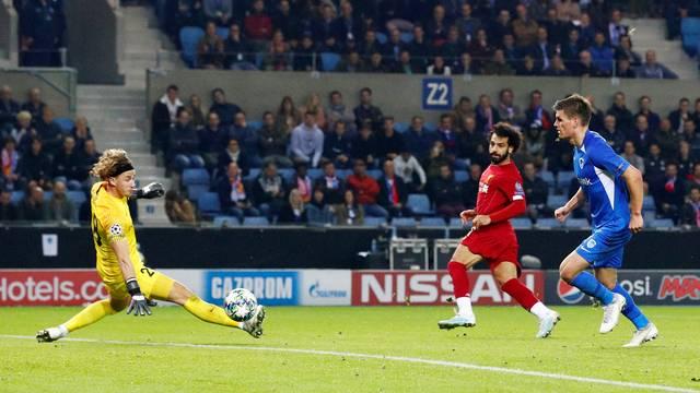 Salah dá um toquezinho na saída do goleiro do Genk depois de driblar dois zagueiros com um toque só