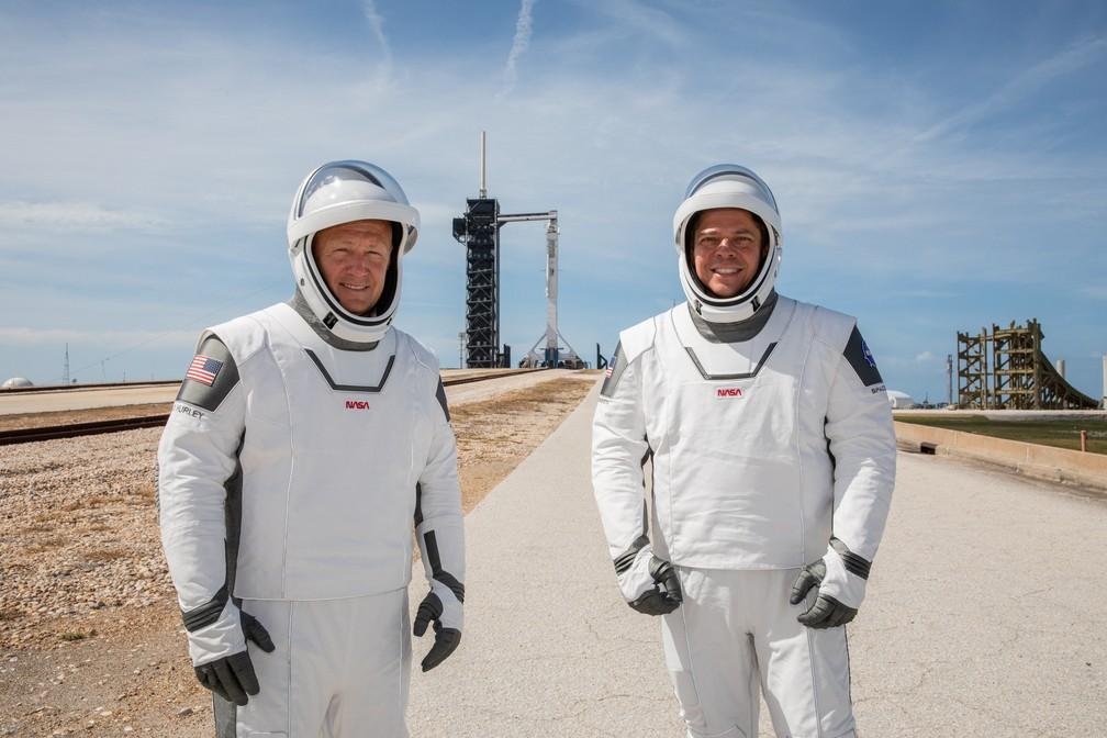 Os astronautas da NASA Douglas Hurley e Robert Behnken posam para foto durante ensaio para o lançamento no Kennedy Space Center no Cabo Canaveral, na Flórida, EUA, neste sábado (23) — Foto: Kim Shiflett/NASA/Divulgação via Reuters