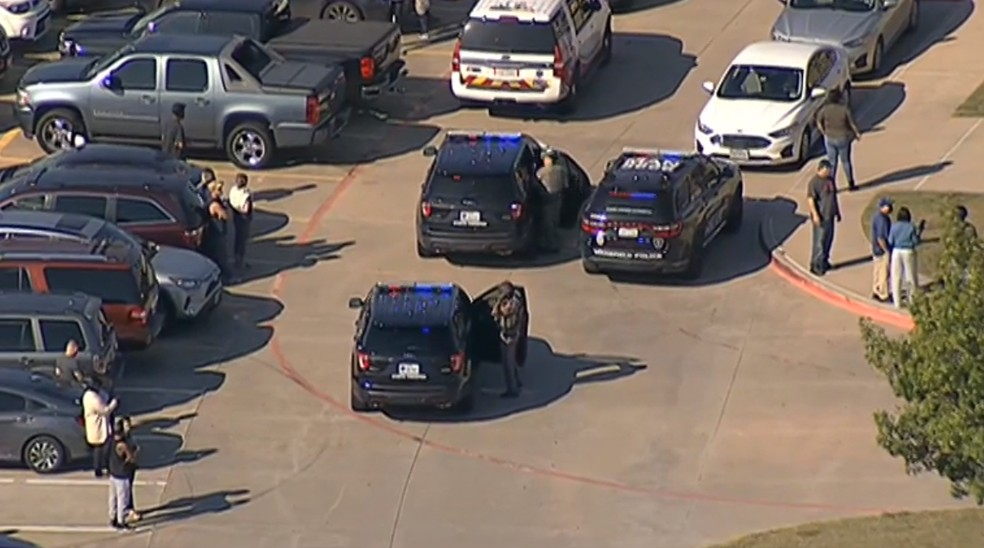 Viaturas da polícia em frente a escola do Texas onde há relatos de tiroteio em 6 de outubro de 2021 — Foto: Reprodução/NBC