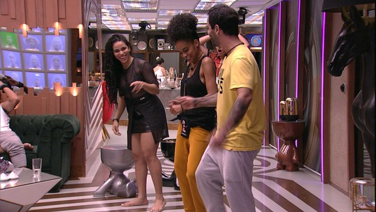 Sisters ensinam Vinicius a dançar funk