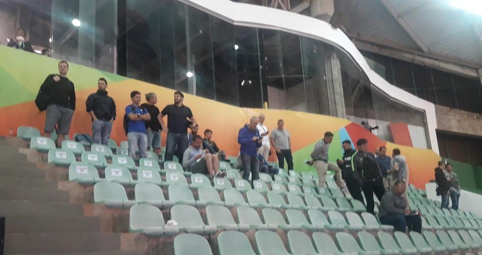 Alguns dos 50 olheiros na estreia do Brasil, logo após a partida: 50 requisições de ingressos foram pedidas para a partida — Foto: Daniel Mundim
