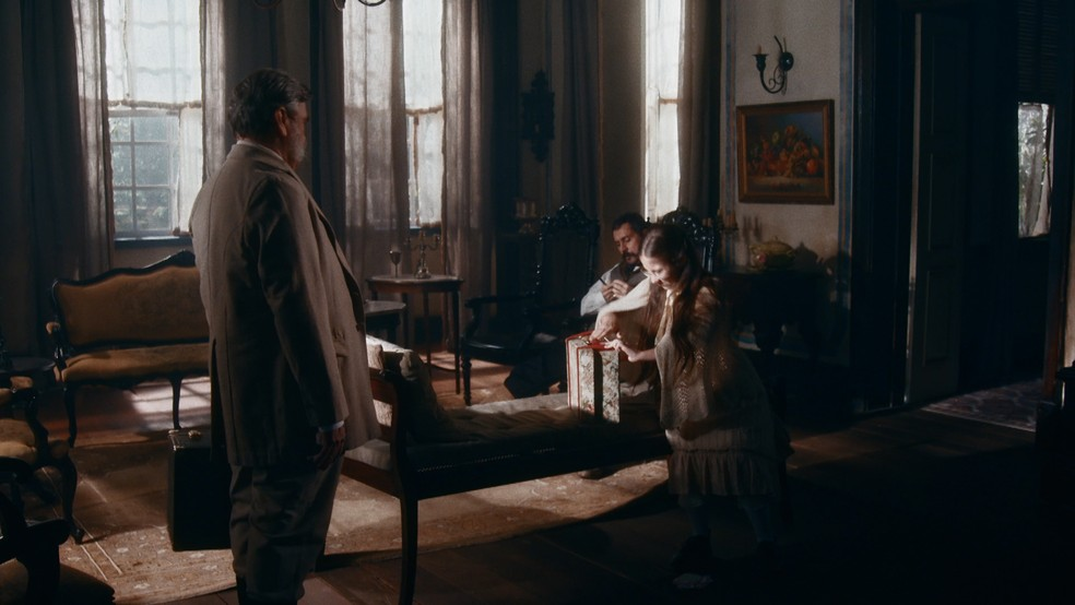 Eudoro (José Dumont) e Dolores (Júlia Freitas) são expulsos da casa de Tonico (Alexandre Nero) em 'Nos Tempos do Imperador' — Foto: Globo