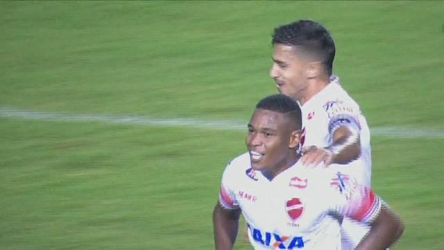 Alan Mineiro faz golaço e comemora com Geovane