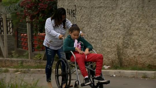 Crianças com mobilidade reduzida não frequentam aulas por falta de transporte em Juiz de Fora
