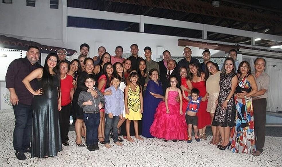 Parte dos filhos e netos de Silvio e Tereza reunindos em uma das comemorações familiares.  — Foto: Arquivo pessoal