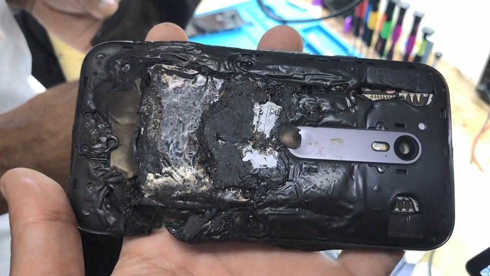 Celular ficou destruído após explosão em loja — Foto: Reprodução/TV Gazeta