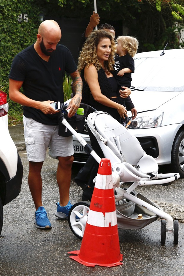 Maíra Charken com o marido, Renato Antunes, e o filho, Gael (Foto: Roberto Filho/BrazilNews)