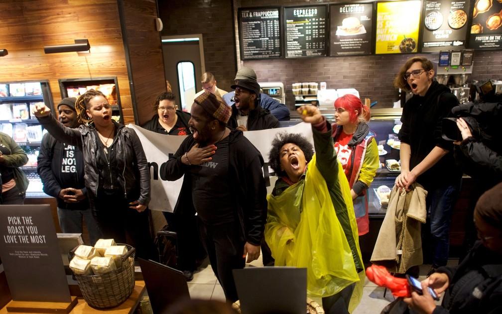 -  Manifestantes fazem protesto dentro de Starbucks onde dois homens negros foram detidos, em Filadélfia, na Pensilvânia, na segunda-feira  16   Foto: R