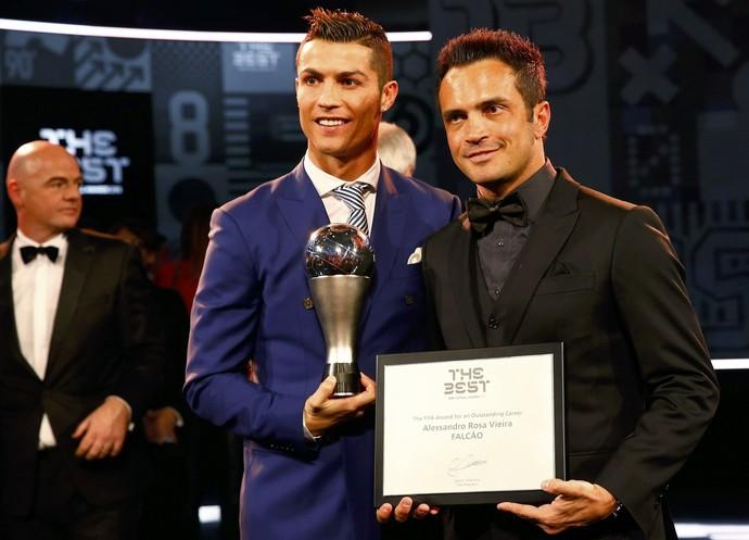 Cristiano Ronaldo e Falcão (Foto: Reuters)