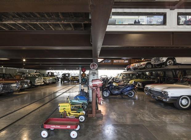 A garagem é um grande vão sustentado por apenas dois pilares, o que otimiza a exposição dos carros. No centro, um girador auxilia nas manobras do dia a dia, permitindo acesso fácil aos carros facilitando a manutenção (Foto: Maíra Acayaba)
