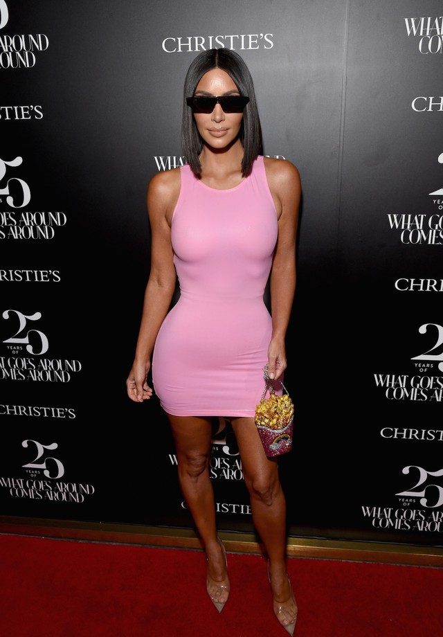 Kim Kardashian de Versace vintage e bolsa Judith Leiber (Foto: Getty Images)