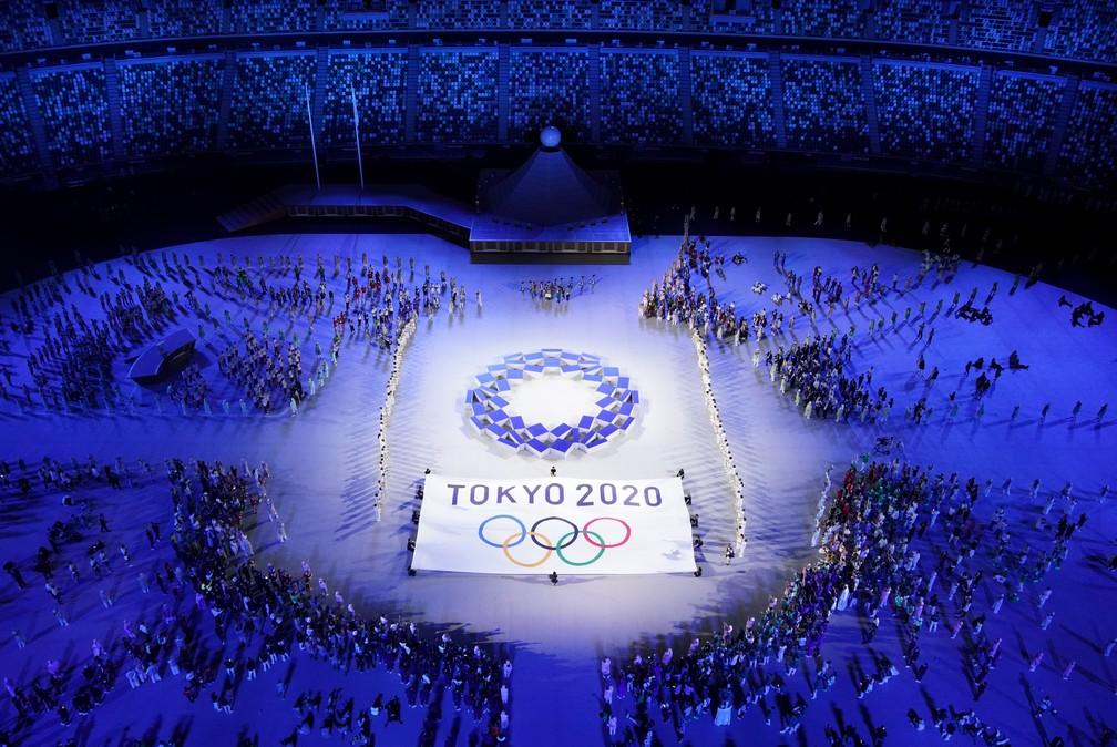 A bandeira dos Jogos Olímpicos de Tóquio 2020 é vista durante a cerimônia de abertura — Foto: Athit Perawongmetha/Reuters