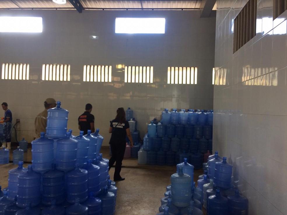 Operação interdita 7 fábricas de água e prende 4 pessoas, na PB — Foto: MPPB/Divulgação