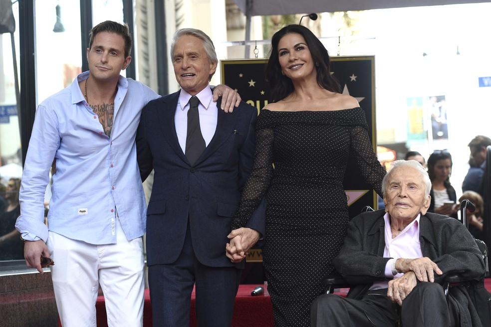 Michael Douglas posa com o filho, Cameron (à esq.), a mulher, Catherine Zeta-Jones e o pai, Kirk Douglas (à dir.), durante homenagem na Calçada da Fama de Hollywood — Foto: Chris Pizzello/Invision/AP