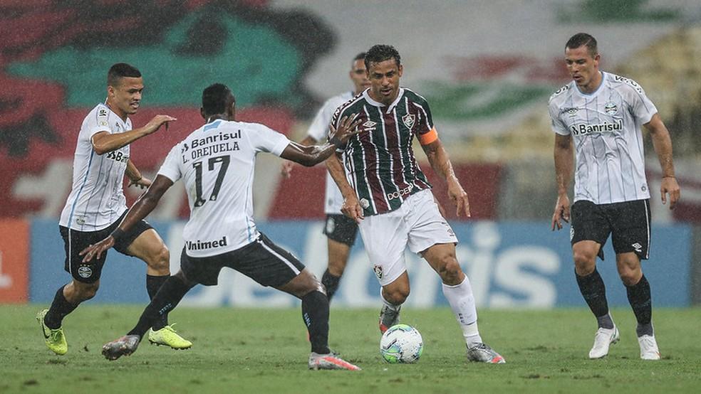 Fred cercado por quatro: camisa 9 participou pouco do jogo — Foto: Lucas Merçon / Fluminense FC