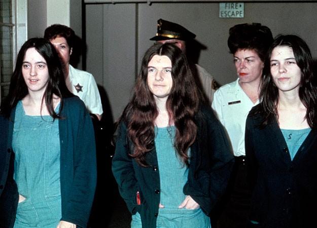 "Susan Atkins, Patricia Krenwinkel e Leslie Van Houten durante o julgamento, 1970. Na testa, o mesmo ""X"" usado por Charles Manson. (Foto: Wikimedia Commons)"