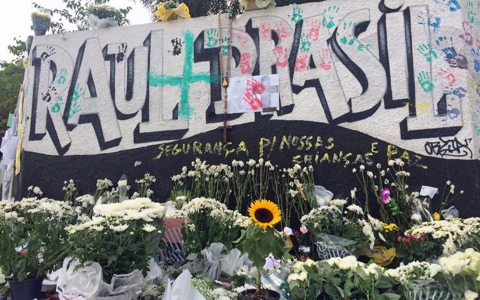 Flores em homenagem às vítimas do massacre na Escola Estadual Professor Raul Brasil, em Suzano — Foto: Glaúco Araujp/G1