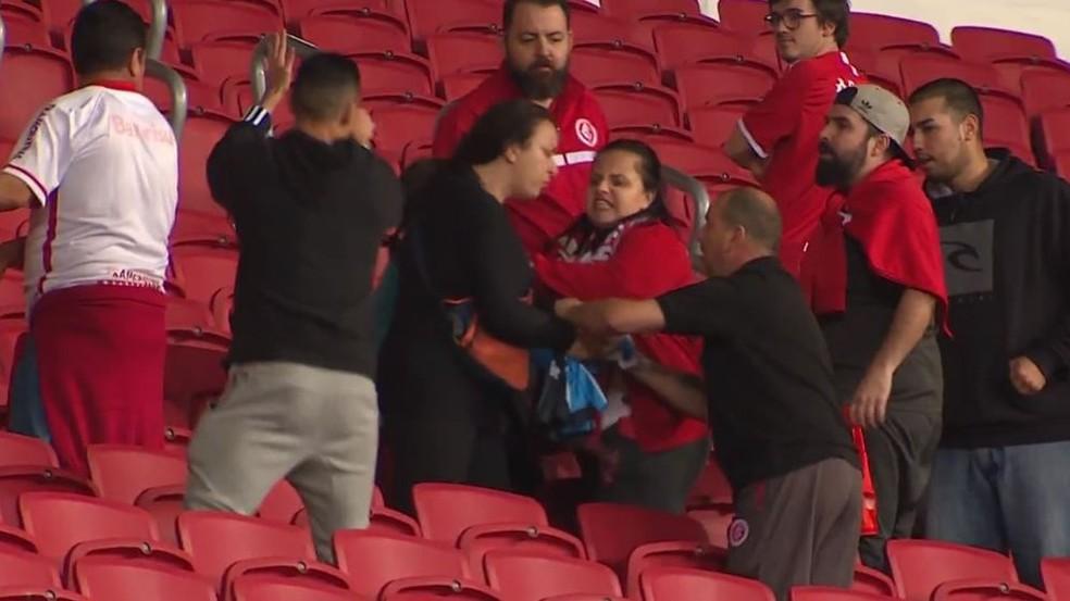 Gre-Nal terminou com cenas de violência nas aquibancadas do estádio em Porto Alegre  — Foto: Reprodução/RBS TV